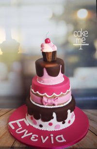 Cupcake πάνω σε πολυόροφη τούρτα